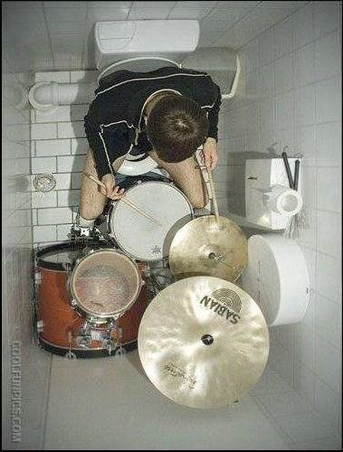 Drumer_In_Toilet
